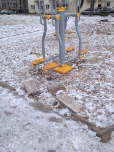 2014-02-03 Vokiečių 5 gtv kieme - šalia naujų lauko treniruoklių