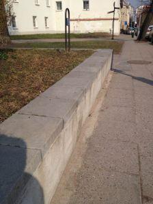 2014-03-27 Lazdynų Pelėdos skveras - kažlada buvo pradėtas vienos atraminės sienelės remontas